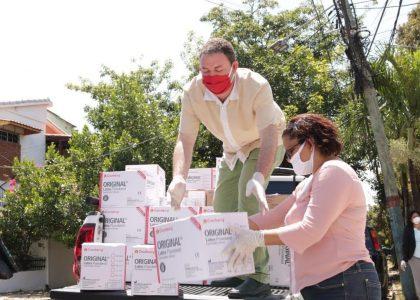 PRM entrega donan equipos de protección a médicos.
